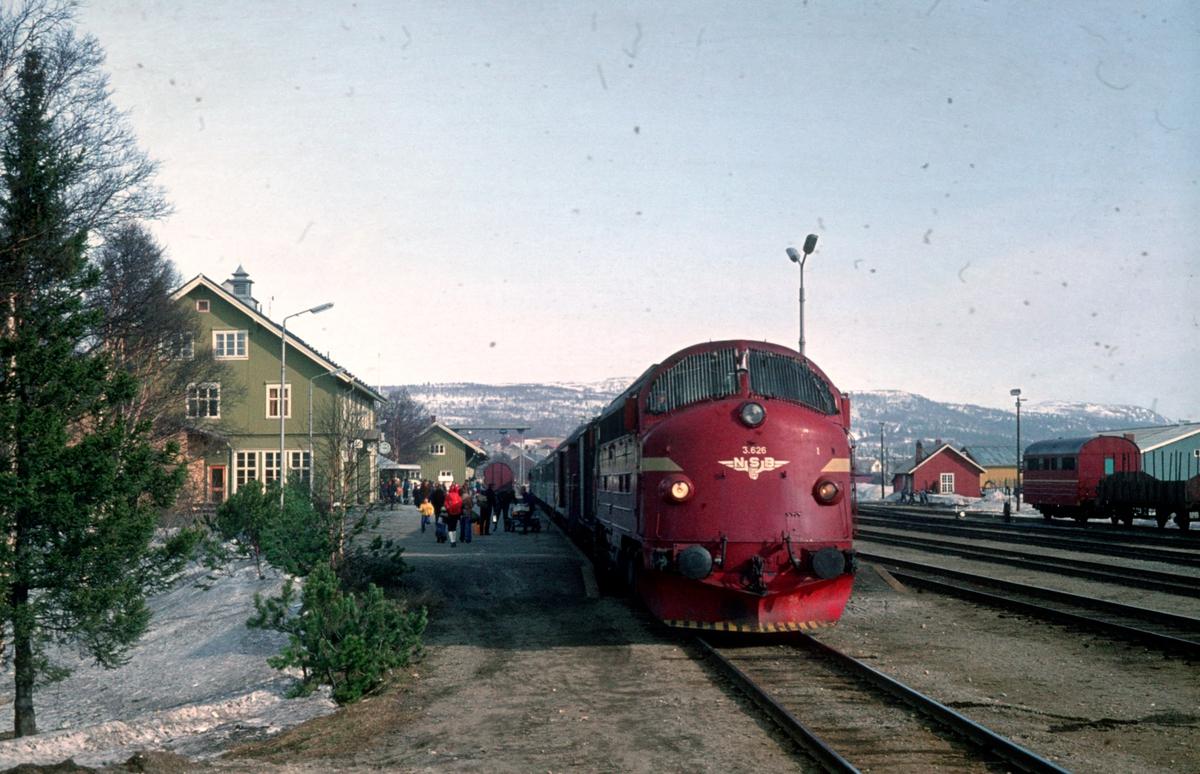 Dagtoget Oslo Ø - Trondheim, Ht 301, på Røros.