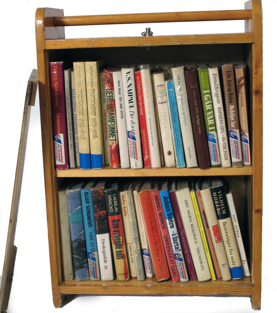 Bokkasse av tre, med avtakbart lokk, inneholder bøker.