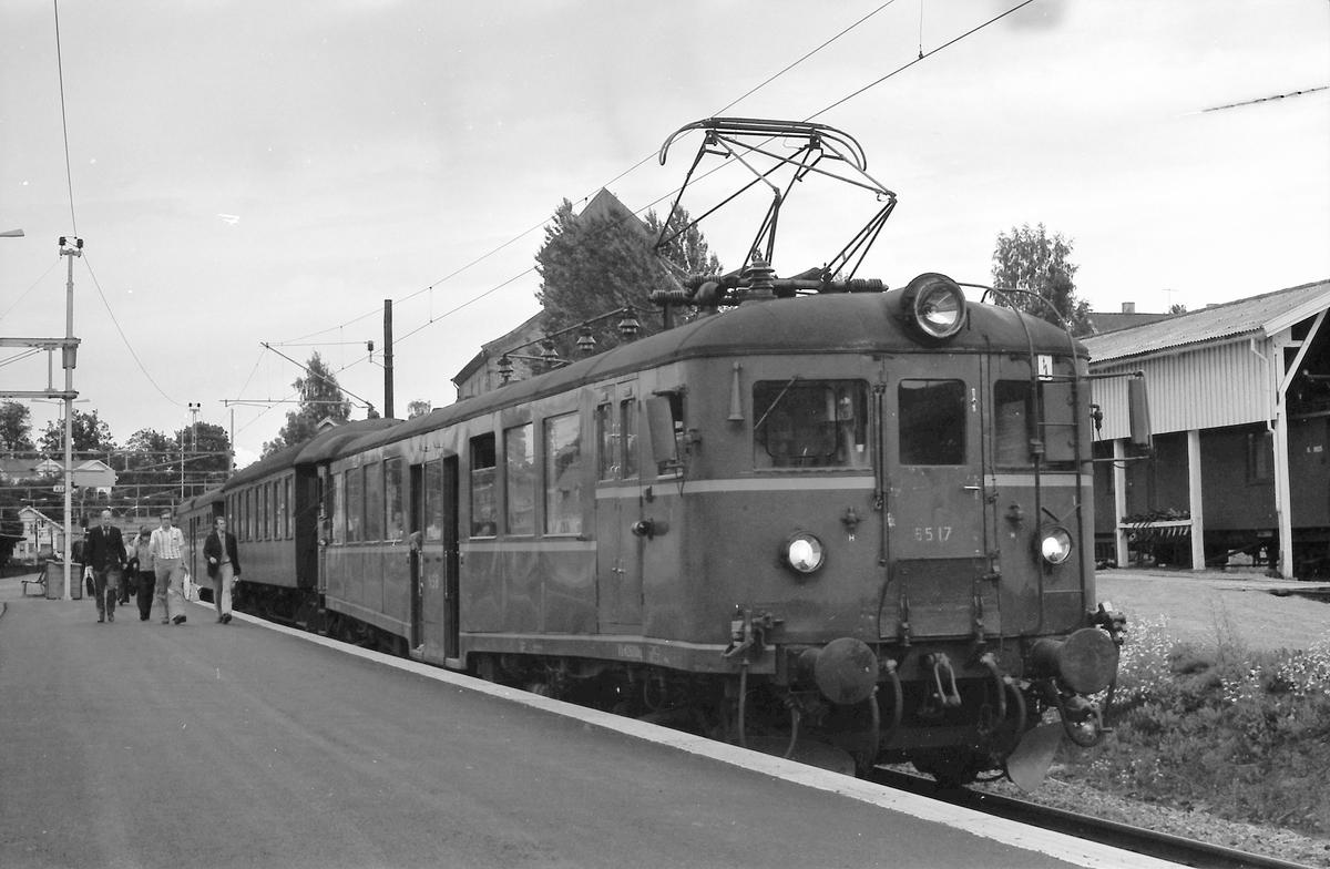 Lokaltog Asker - Spikkestad med motorvogn BM 65 17 i Asker stasjon.
