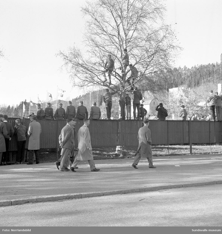 Publikbilder och kringbilder från kvalmatchen till Allsvenskan mellan GIF Sundsvall och Högadals IS 1961. Det blir publikrekord i Idrottsparken med 16 507 personer som tyvärr får se hemmalaget förlora med 2-4.