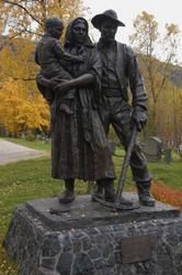"""""""Rallarfamilien"""" - skulptur av Per Ung ved Kåfjord kirke. Mo"""