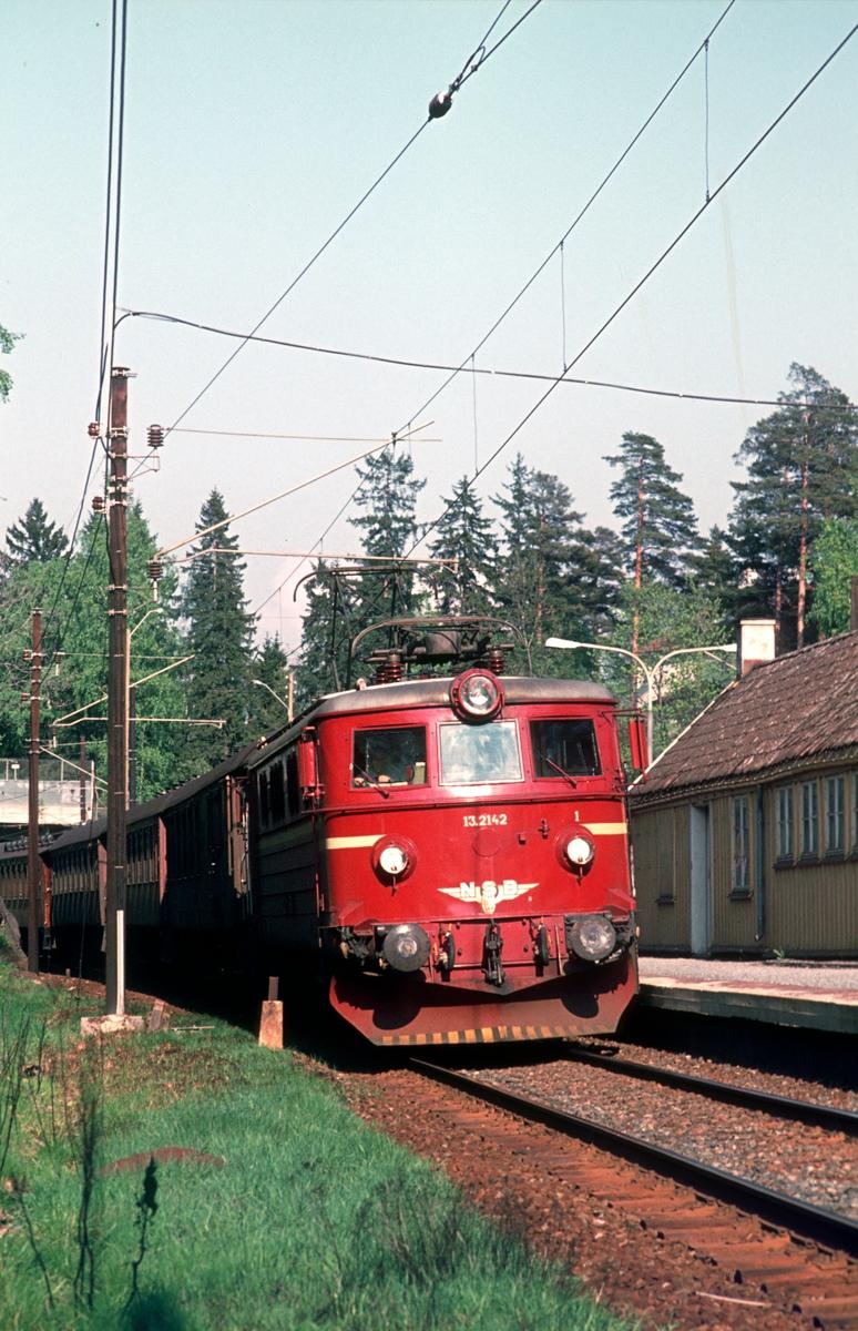 NSB persontog med El 13 2142 passerer Blommenholm.
