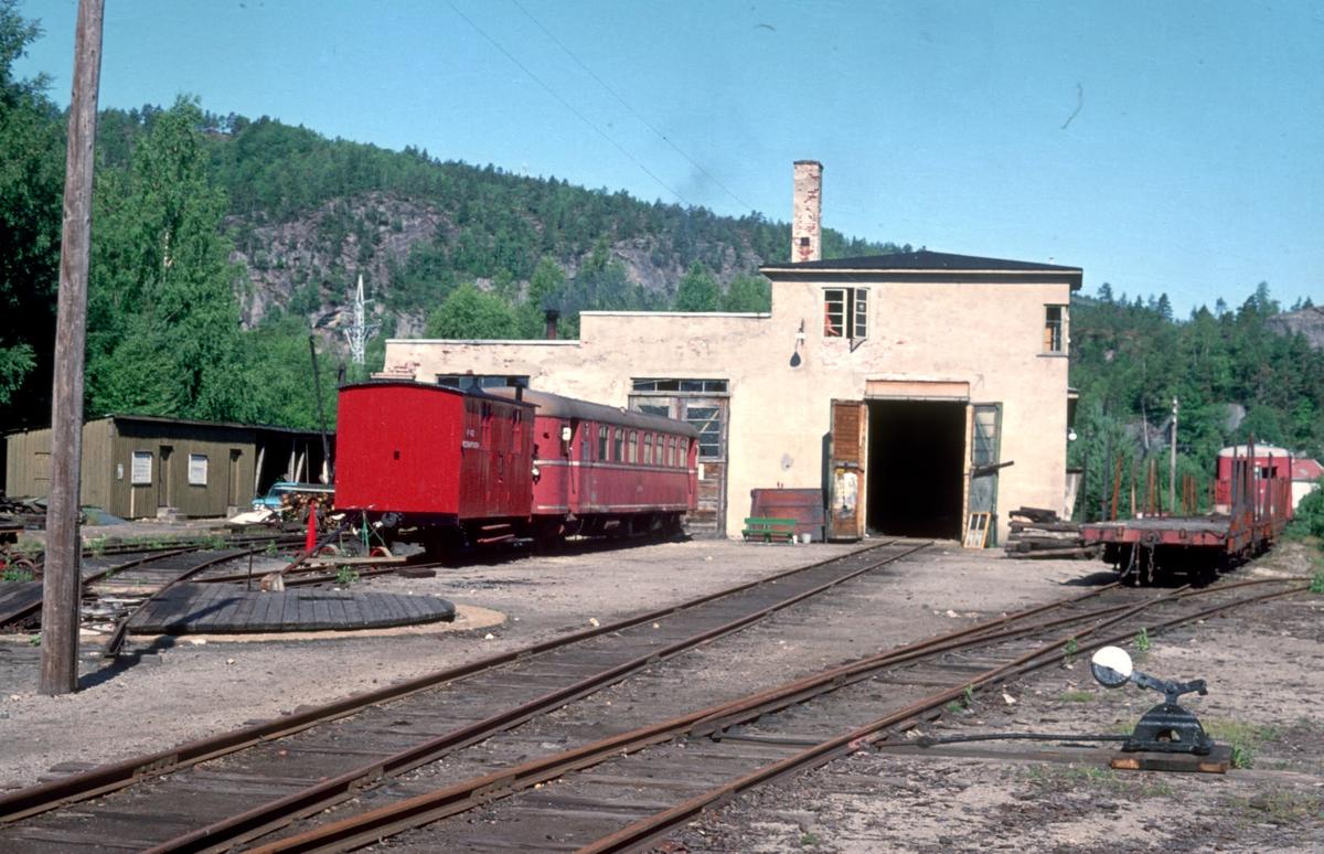 Setesdalsbanens lokomotivstall og verksted på Grovane. Utenfor stallen står motorvognen Sulitelma, fra Sulitjelmabanen.