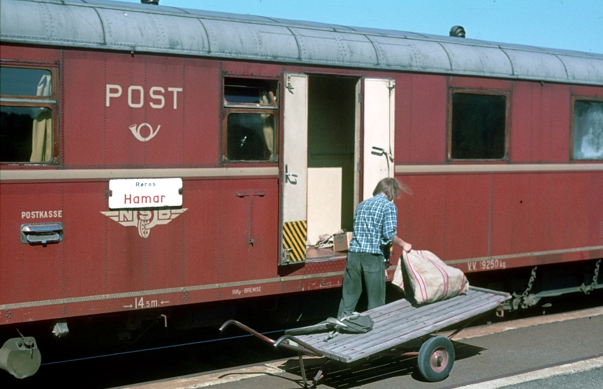 Posten lastes inn i den betjente postvognen type BDFS 91, i tog 372 Røros - Hamar. Os i Østerdalen.