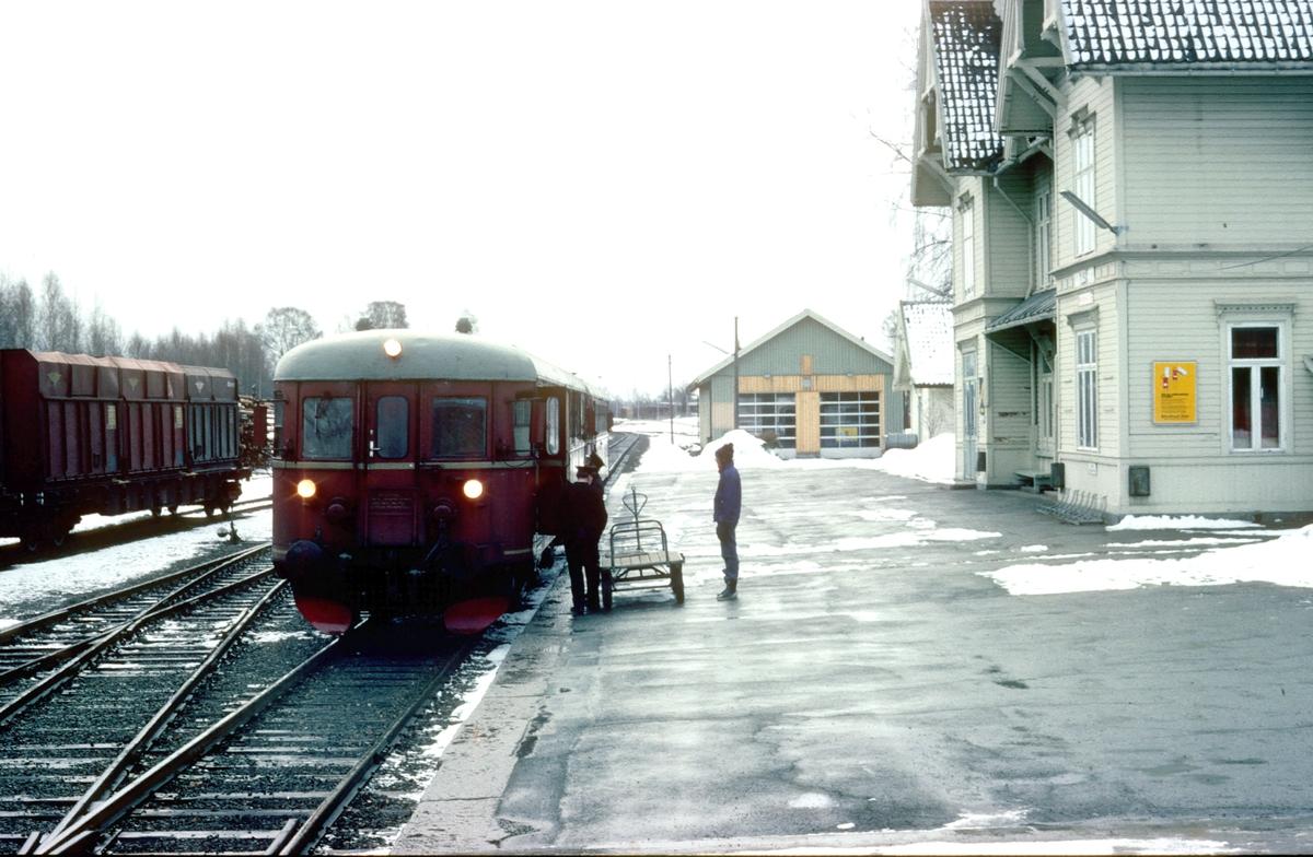 Persontog 1081 Kongsvinger - Elverum på Flisa stasjon. NSB dieselmotorvognsett type 86. Styrevogn BDFS 86 65.