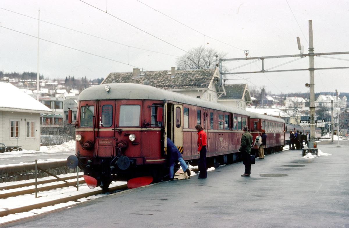 Persontog 1081 Kongsvinger - Elverum med motorvognsett type 86 på Kongsvinger stasjon. Styrevogn BDFS 86 65.