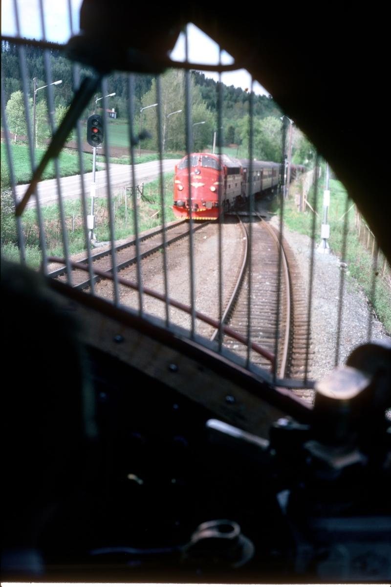 Kryssing i Midtsandan, sett fra lokomotivet type Di 3 i natthurtigtog 456 (Bodø - Trondheim). Dagtoget, hurtigtog 451 kommer i mot.