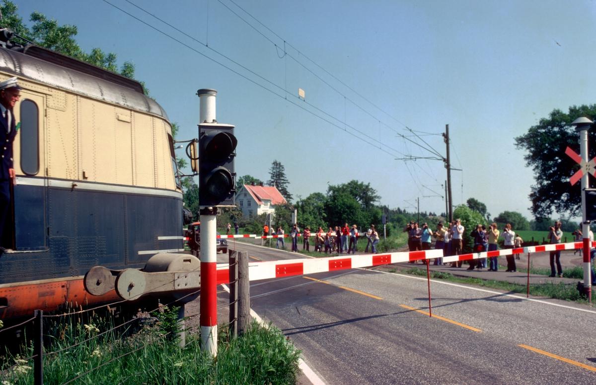 Ekstratog med ekspresstogsett type 66 kjører over planovergangen ved Borre. Ekstratog for Norsk Jernbaneklubb.