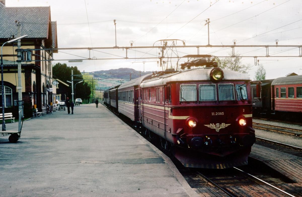 Persontog 208 Gjøvik - Oslo Ø med NSB elektrisk lokomotiv El 11 2085