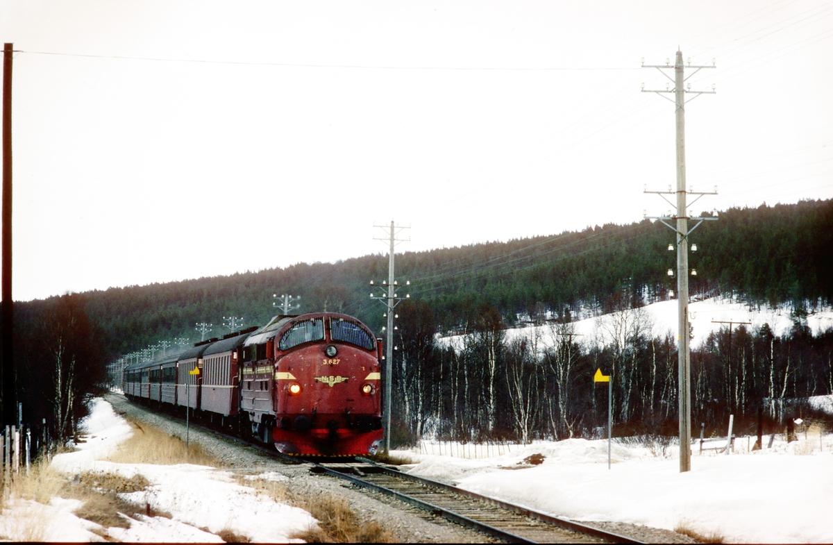 Hurtigtog 302, Trondheim - Oslo Ø over Røros, med dieselelktrisk lokomotiv Di 3a 627 ved Øvre Myre, Os i Østerdalen.