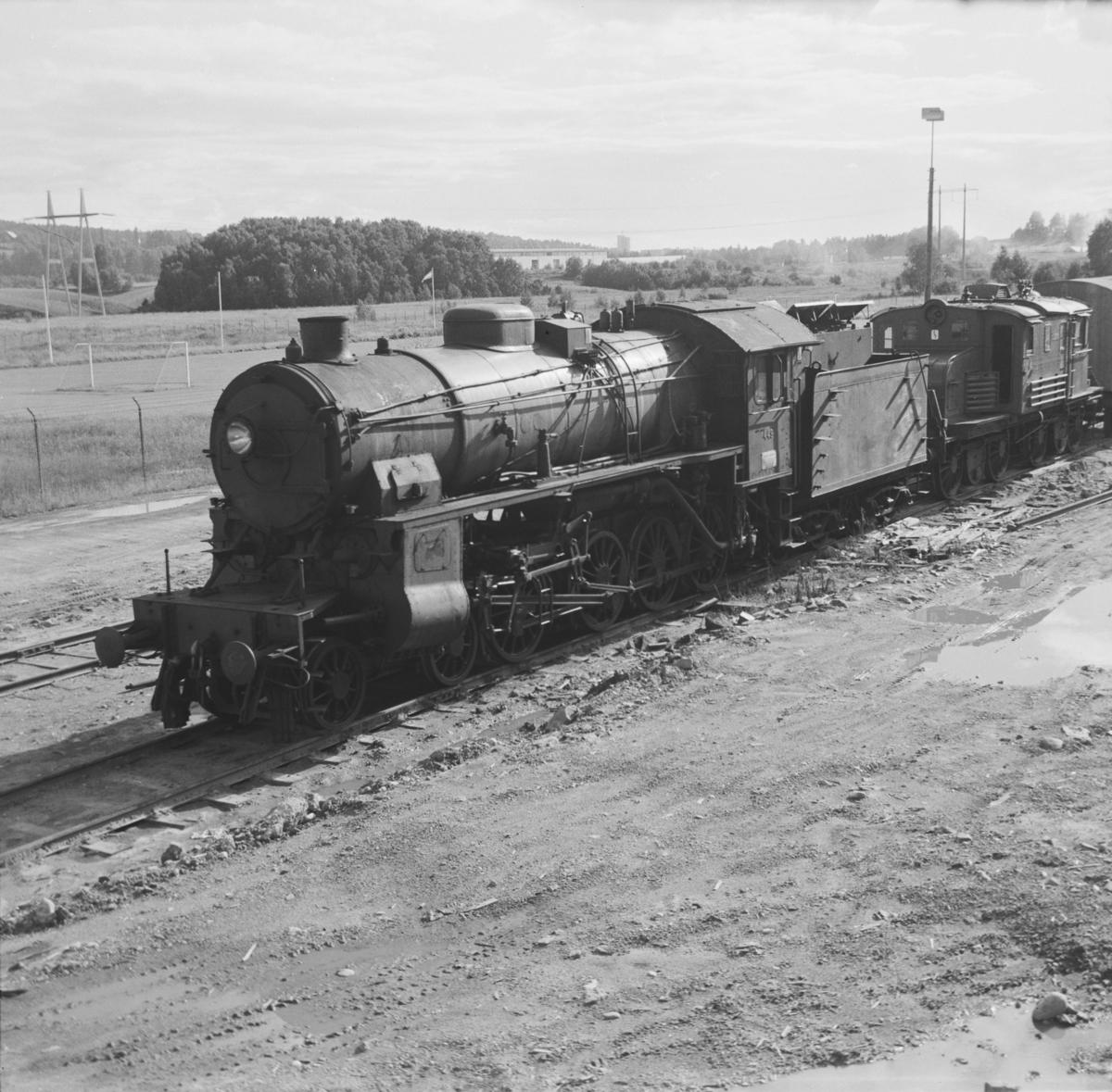 Utrangert damplok type 31b nr. 449 på Grorud verksted. Lokomotivet ble utrangert i mai samme år. I bakgrunnen utrangert elektrisk lokomotiv type El 1.