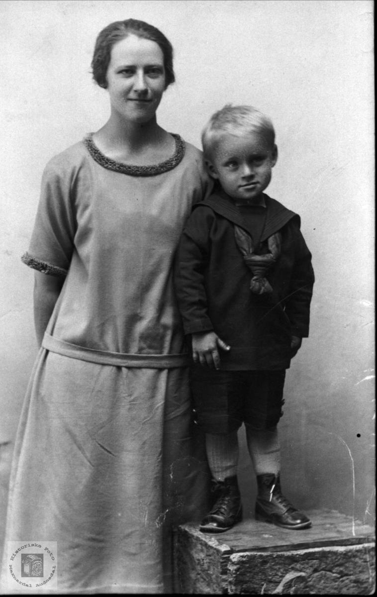 Portrett.  Agnes Kleveland og nevø Gerald Fidje.