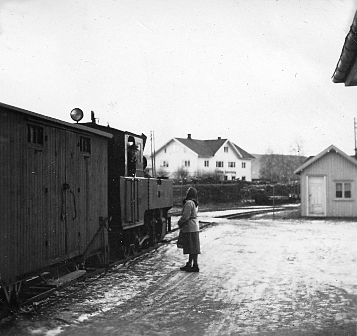 Lokomotivføreren slår av en prat med en reisende under oppholdet på Lierfoss stasjon.