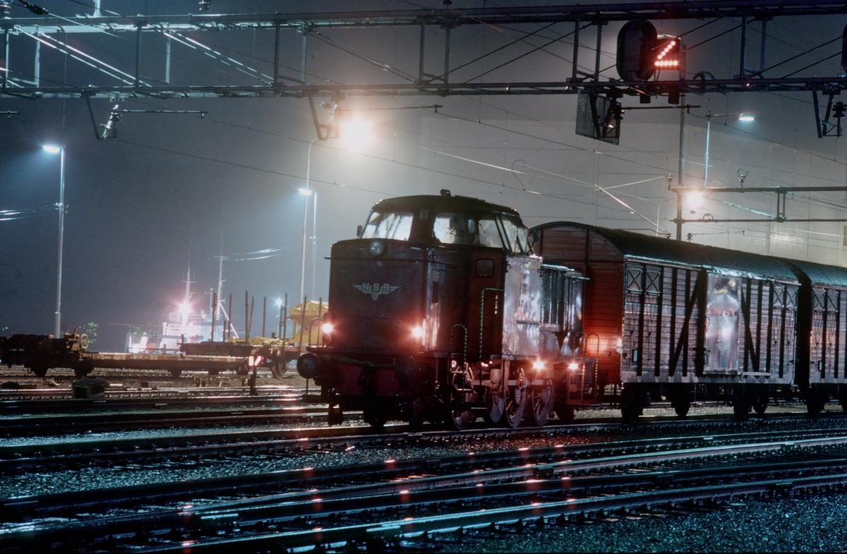 Skifting på Trondheim stasjon. Skiftelokomotiv type Di 2. Første vogn er en av vognene som gikk fast med avispapir mellom Fiborgtangen og Heimdal for Adresseavisen.