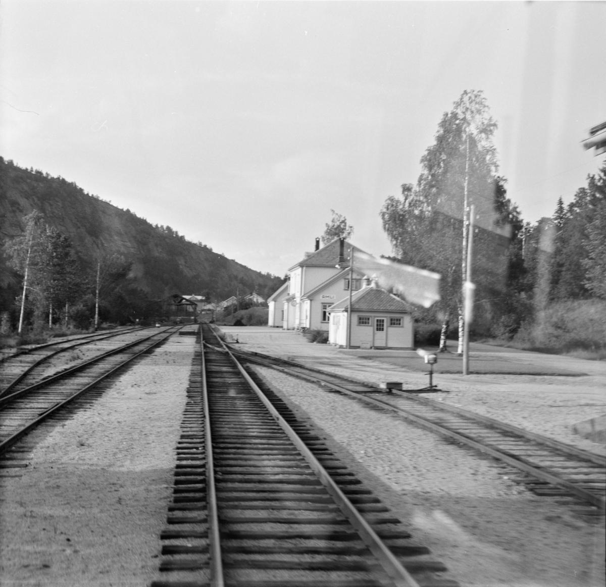 Åmli stasjon på Treungenbanen, sett fra førerrommet på motorvognen til Treungen.