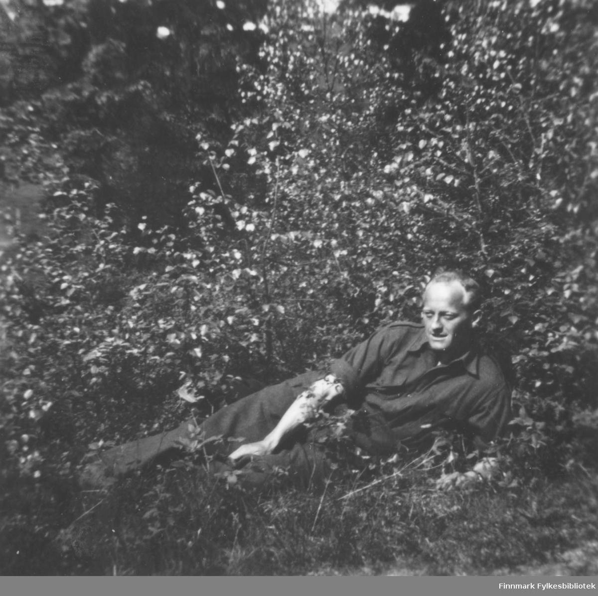 Fritz Ebeltoft hviler - bildet er antakelig tatt under en repetisjonsøvelse på Drevjamoen 1953-1956