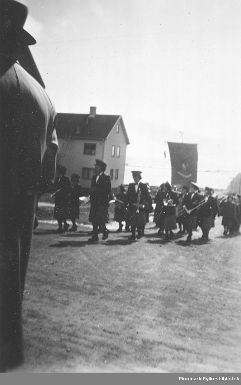 Musikkorps i bakken opp mot kirka i Vadsø. Alle musikantene er kvinner