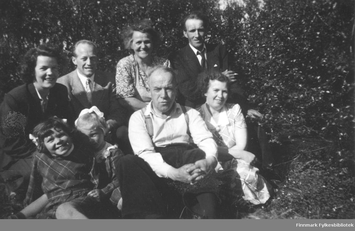 Gruppebilde tatt ved familien Kvams hytte i Fossen, ca. 1950-1955