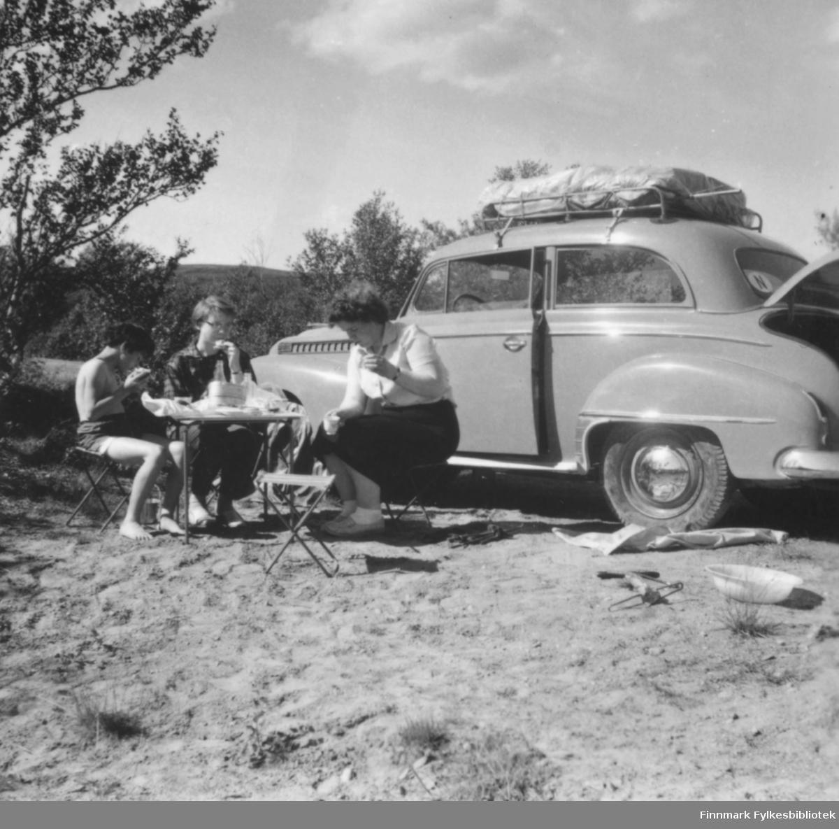 Sommeren 1958  eller 1959 var familien Ebeltoft på bilferie i Finland og Sverige med familien nye bil, en Opel Olympia, 1952-modell. Måltid utendørs et sted langs veien, antakelig i Finland. Fra venstre: Torill Ebeltoft, May Rognli, Ragnhild Ebeltoft