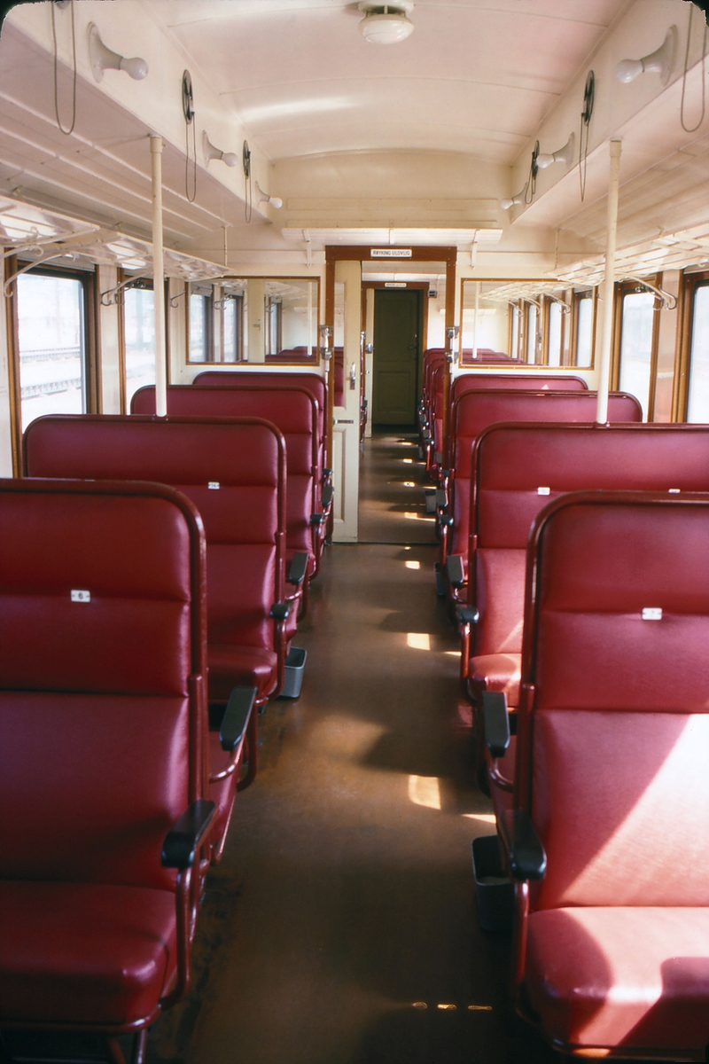 "Interiør i NSB personvogn type B20 i tog 119 (Oslo - Moss) ""Ormen Lange""."