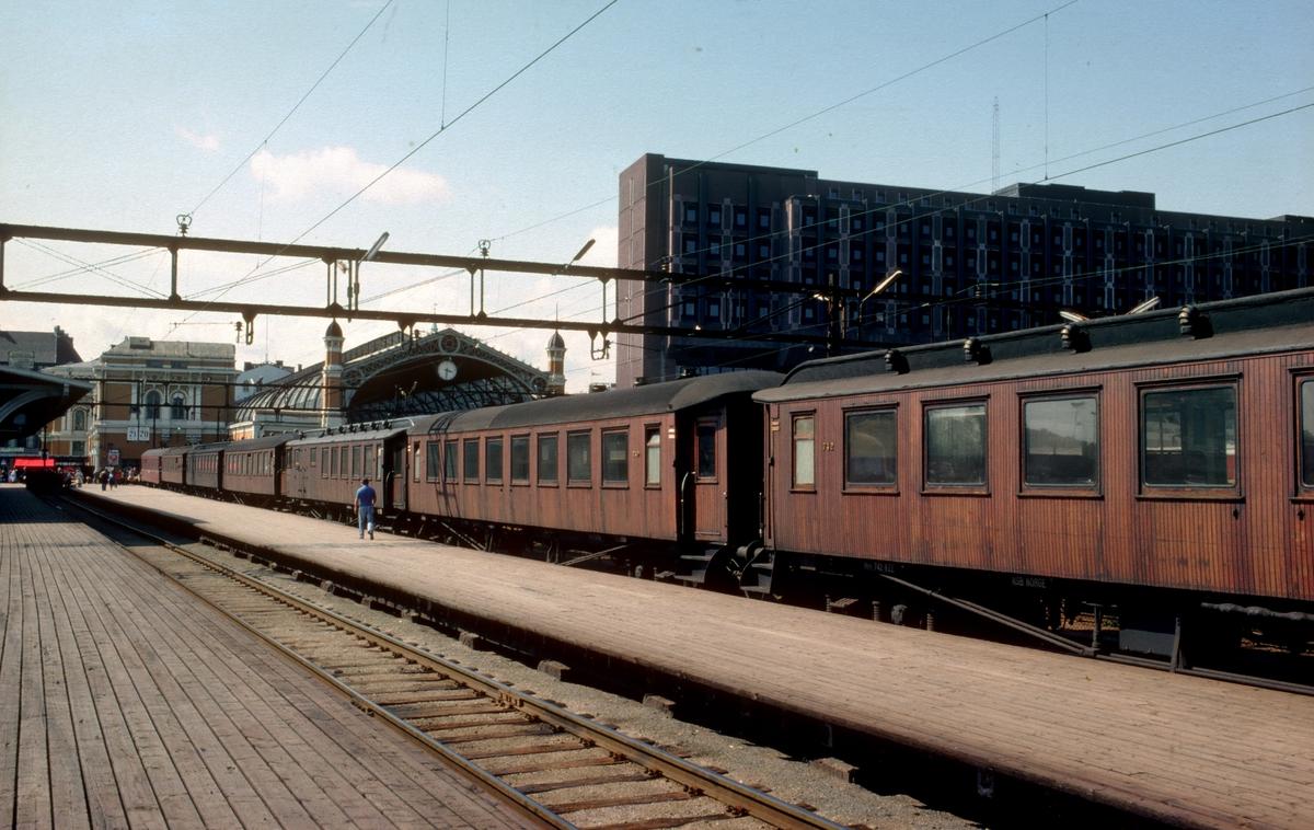 """Oslo S. NSBs nye distriktsadministrasjonsbygg til høyre i bakgrunnen. Toget er """"Ormen Lange"""", rushtidstog til Moss. Deler av gamle Oslo Ø var fortsatt i bruk etter at Oslo S åpnet i 1980."""