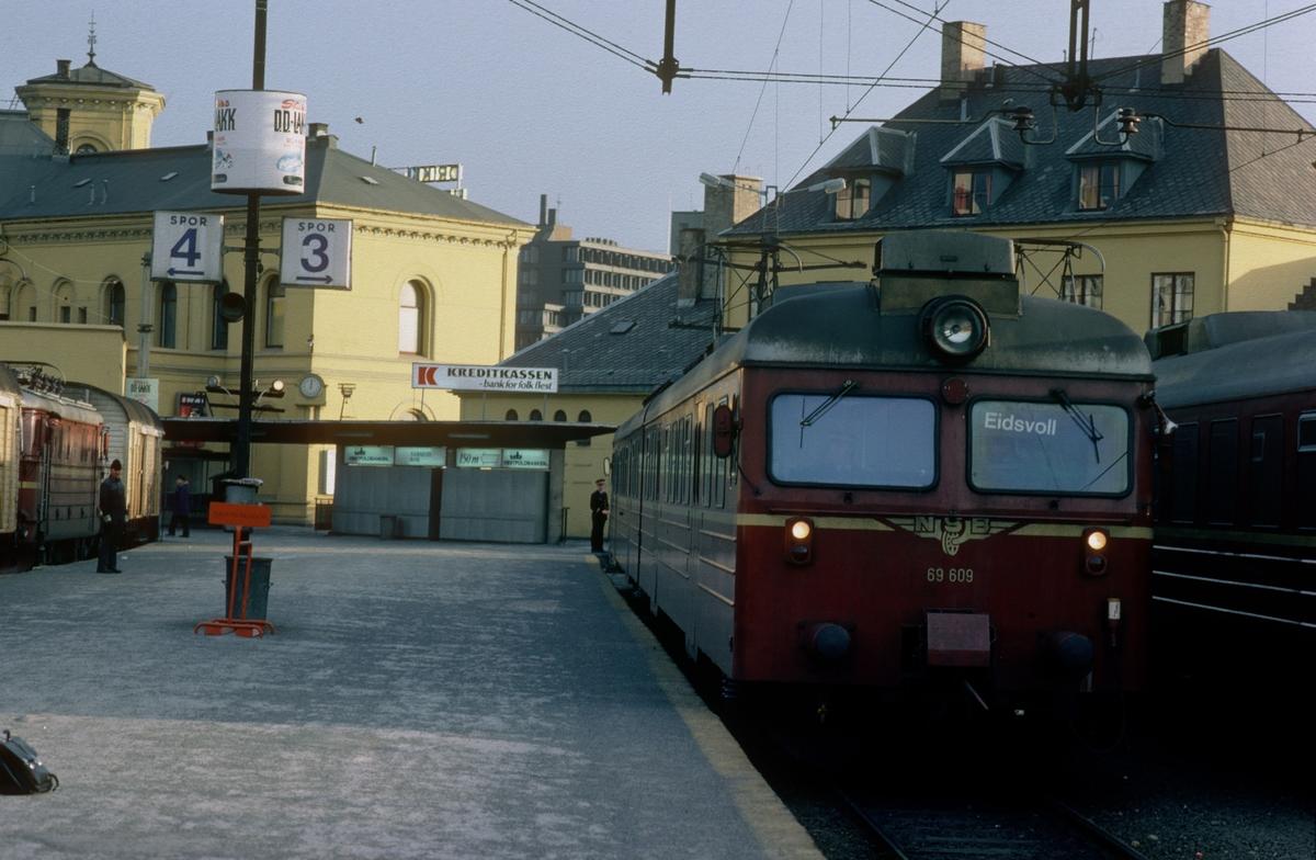 Motorvognsett type 69 på Oslo Vestbanenstasjon. Toget er hensatt, og skal kjøre som tomtog til Skøyen og tog til Eidsvoll senere på dagen.