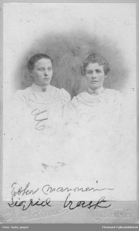 """Gruppebilde av to unge kvinner, notert på bildet står det  Ester Manninen og Sigrid Trasti. Begge har hvite bluser, den ene er pyntet med en nål i halsen, den andre har et bånd med pynt i halsen.   Ester Manninen finnes registrert i Folketelling i 1910 i Vadsø kjøpstad, hun bor da i """"Vardøvejen 125"""". Hennes fulle navn er Esther Elisabeth Manninen, født Trasti, 05.11.1884 og gift med Konrad Magnus Manninen, fisker, født 13.05.1887. De har to sønner Einar Jakob Manninen (15.02.1909) og Rofl Marinius Manninen (03.03.1910).   Sigrid Trasti, født Ålmen (Aalmen?) den 15.08.1880 i Vadsø er gift med August Trasti (13.03.1881) og """"Amtsfuldmægtig, for tiden ordfører"""" iflg. folketellingen i 1910 for Vadsø kjøpstad. Sigid er altså gift med Vadsøs ordfører i 1910. De har adresse Inspektør Hansens gate 206. De har  barna Edmé Trasti, Valborg Trasti, Astrid Trasti og en tjenestepike, Anna Aalmen fra Balsfjord.   Muligens er dette en slekting av Sigrid (født Ålmen =Aalmen?). Anna Ålmens fulle navn kan være Anna Karoline Ålmen, født 1889, foreldre er Iver Olsen Ålmen, husmand og veiarbeider - og Emma Gjertine Rap, begge fra Storsteinnes.   Iver Olsen Ålmen, født 1849 i Opdal er i folketelling for 1900 i Ankenes herred registrert som jernbanearbeider, gift med Emma Gjertine Aalmen, født i Tromsø. De har flere barn;  Ole Aalmen (født 1883 i Opdal, registrert som fyrbøder v jernbane), Anna Karoline Aalmen (født 1890 i Balsfjord), Karl Waldemar Aalmen (født 1894 i Vardø), Inga Emle Aalmen (født 1897 i Vardø)"""