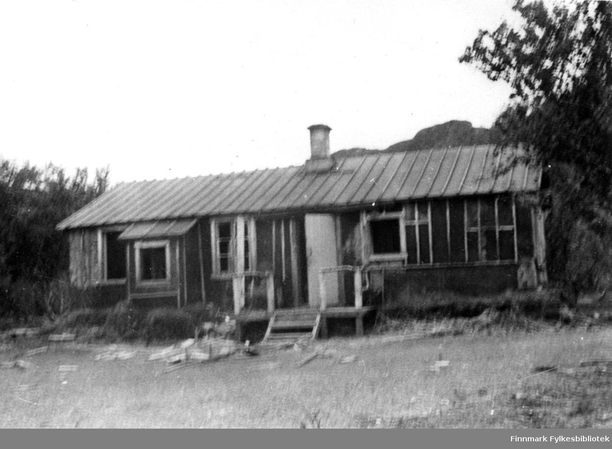 Her ser vi en arbeidsbrakke i Sjursjok. Den ble også brukt som oppsynsmannsbolig.