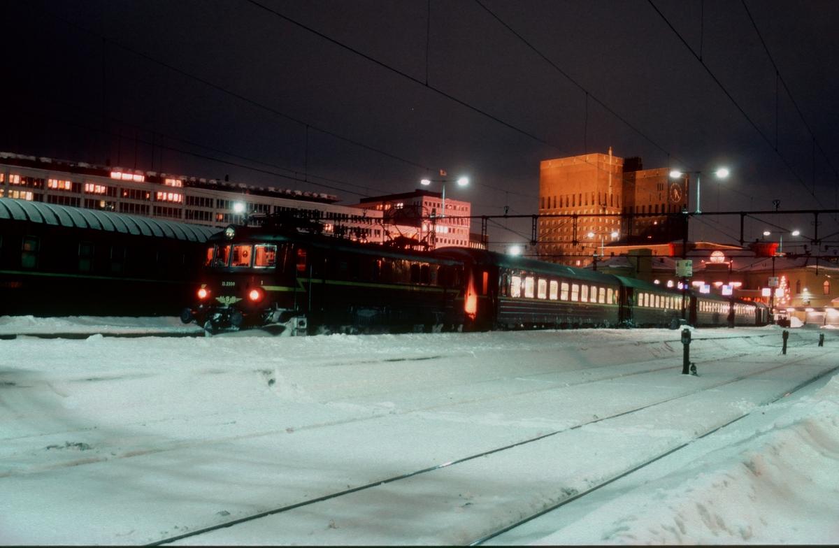 Persontog til Vestfoldbanen med NSB elektrisk lokomotiv El 11 2108 på Oslo V. Kveldsbilde.