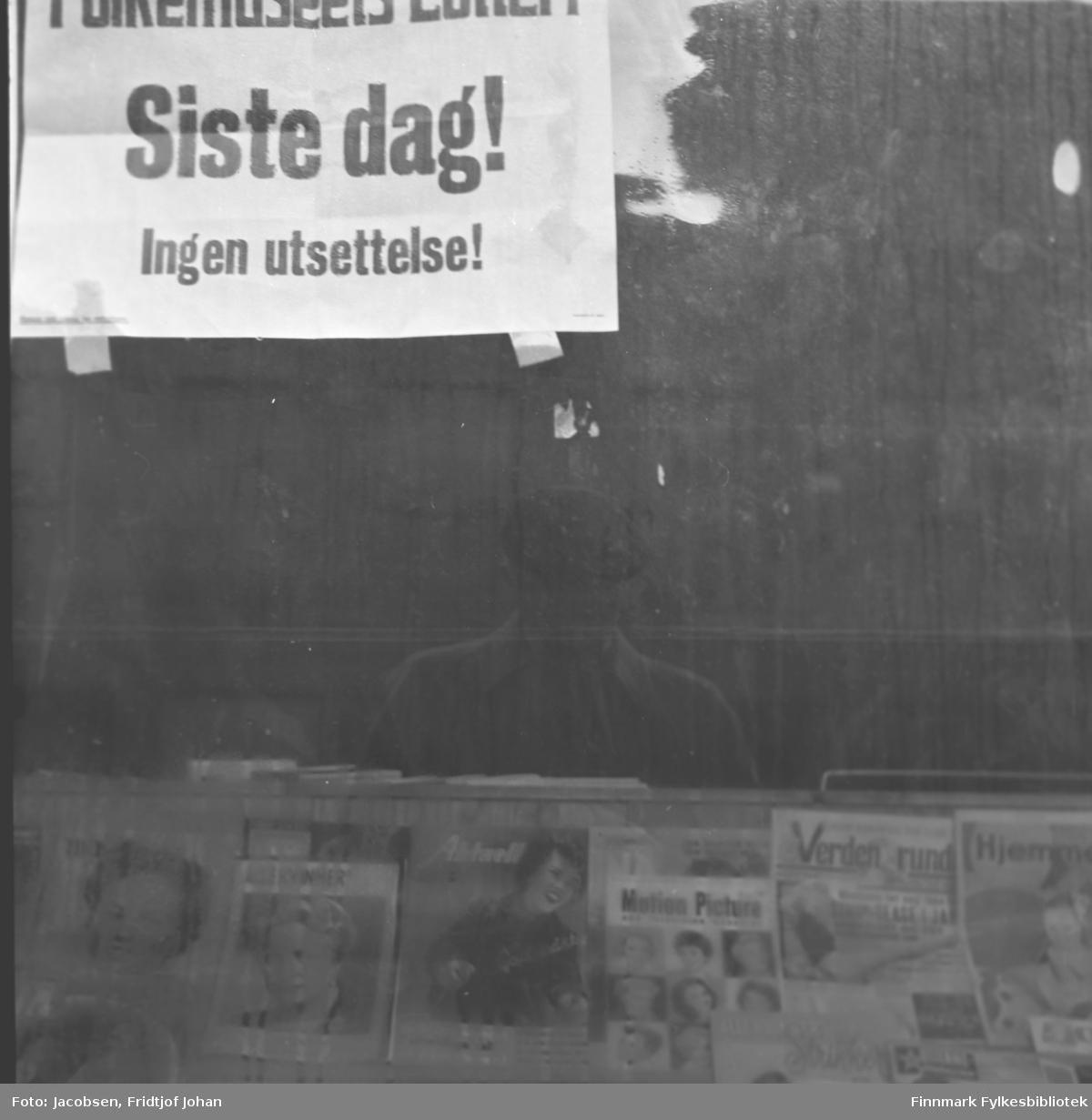 Utstillingsvindu med diverse ukeblader og en plakat hvor det står: Siste dag! Ingen utsettelse!