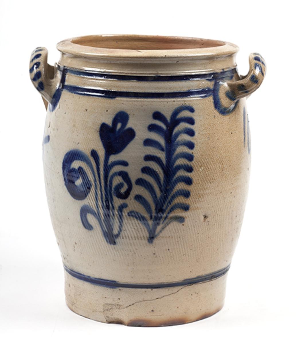 Hollandsk stentøykrukke. Tønneformet med innsnevring oppe og nede. To håndtak, enkel blomsterdekor.