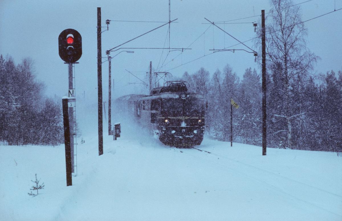 Godstog 5708 (Trondheim - Alnabru) kjører inn på Fagerhaug stasjon med NSB elektrisk lokomotiv type El 14. Bildet er tatt fra kryssende tog, kistog fra Hjerkinn til Trondheim.