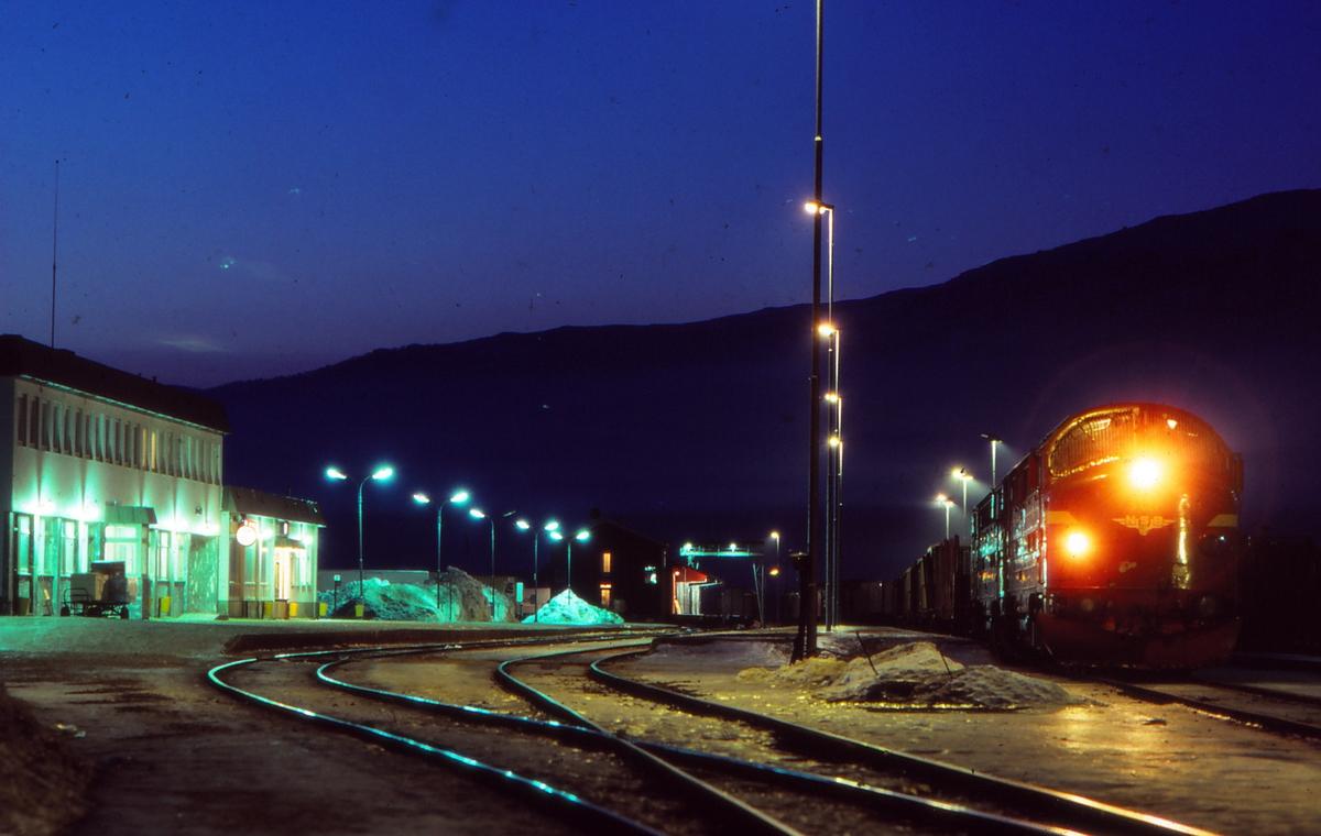 Fauske stasjon en vinterkveld. Overlangt godstog 5794 venter på kryssende tog, dagtoget fra Trondheim. To lokomotiver type Di 3.