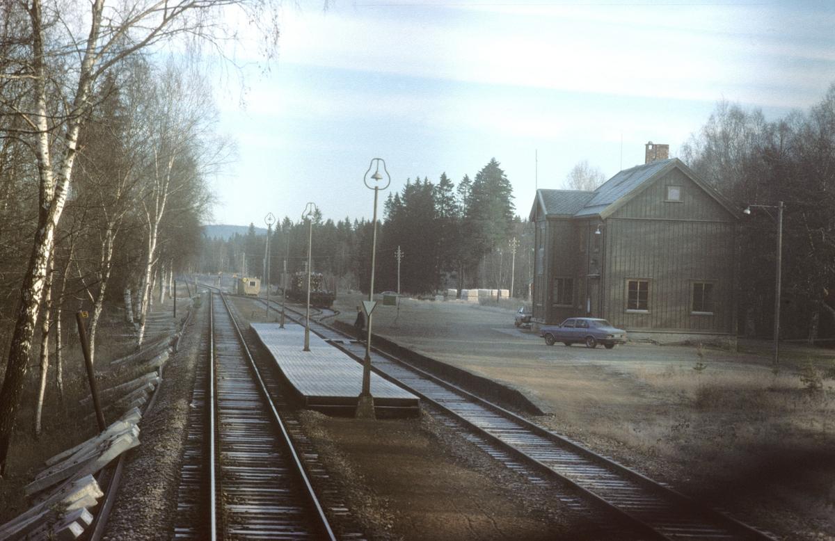 """Jørstad stasjon, sett fra lokomotivet i tog 451, dagtoget til Bodø. Signal """"Passer"""" vises (grønt flagg) fra stativ. Togekspeditøren er på vei over til plattformen. Toget hadde signalstopp her."""