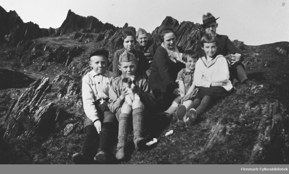 Olga Lovise Ellilaog barn fotografert i Berlevåg, ca. 1937. Til høyre sitter Ingrid og Randi Ellila og bak Randi hennes eldste bror Rolf Ellila. B 5545