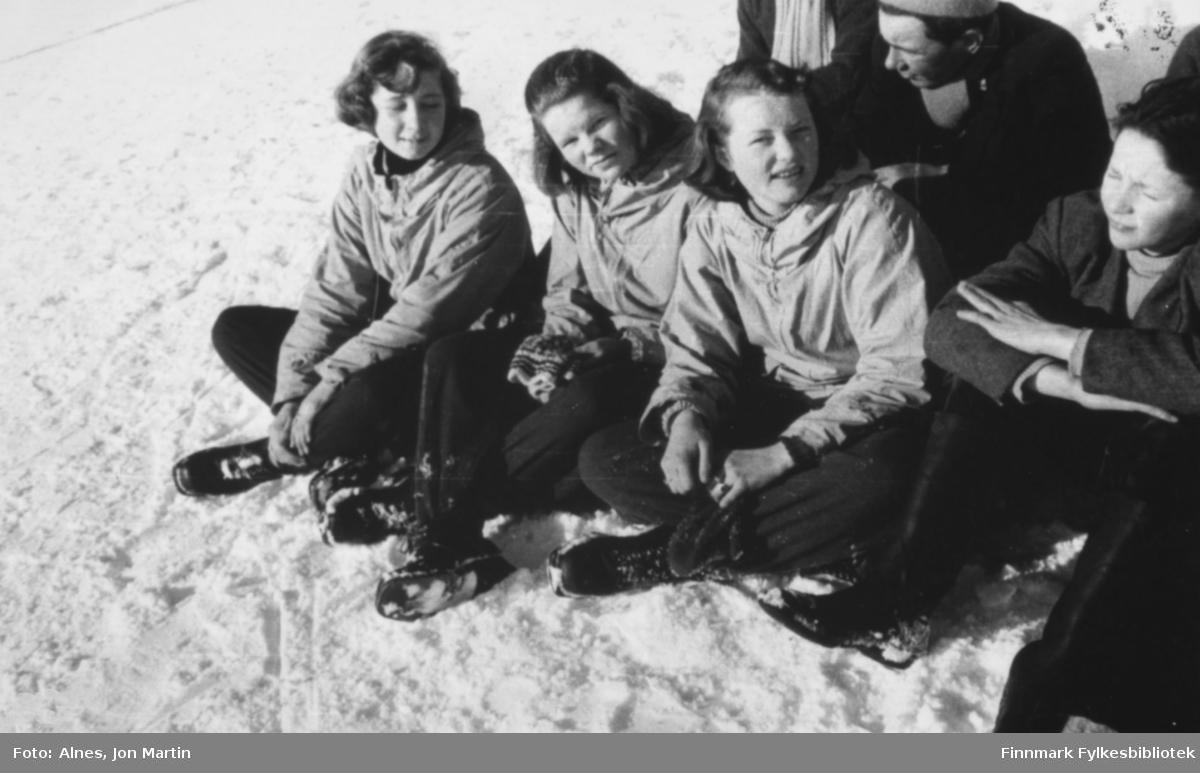 De koste seg i påskesola, 1954. Fra venstre: Janne Håkonsen, Lillemor Pedersen, Nan Kiil, Oddvar Jensen. Bak: Adolf Pedersen. Bildet er tatt foran den nye barneskolen i Øksfjord