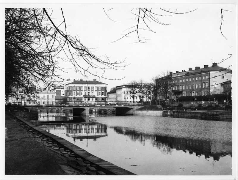 Hamnkanalen före rivningen av Strömmerska huset   Vänersborg