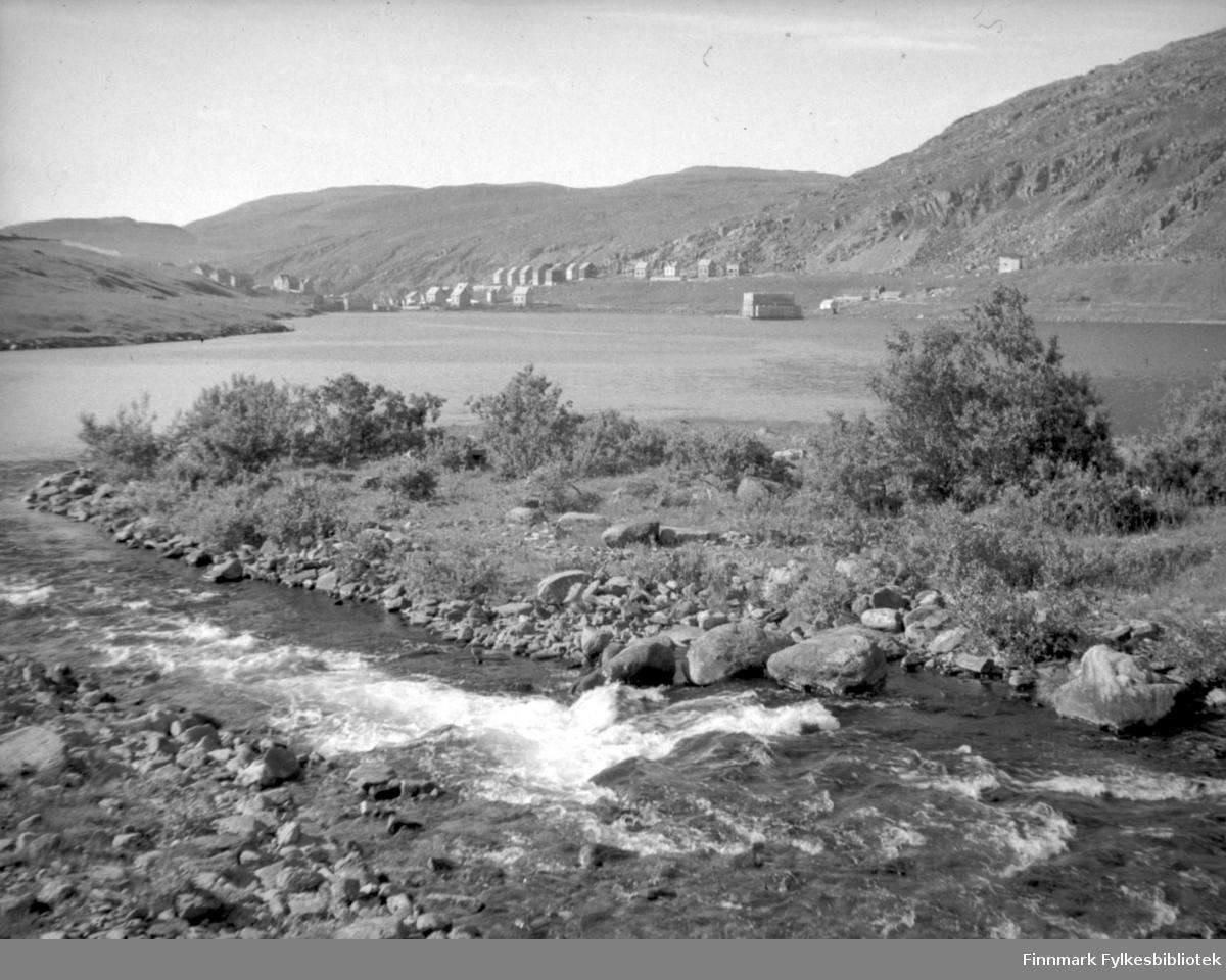 Storvannet fotografert fra nåværende campingplass. Den store bygningen omtrent på midten av bildet var Islageret på Holmen, det tilhørte Hermo og Jensen.