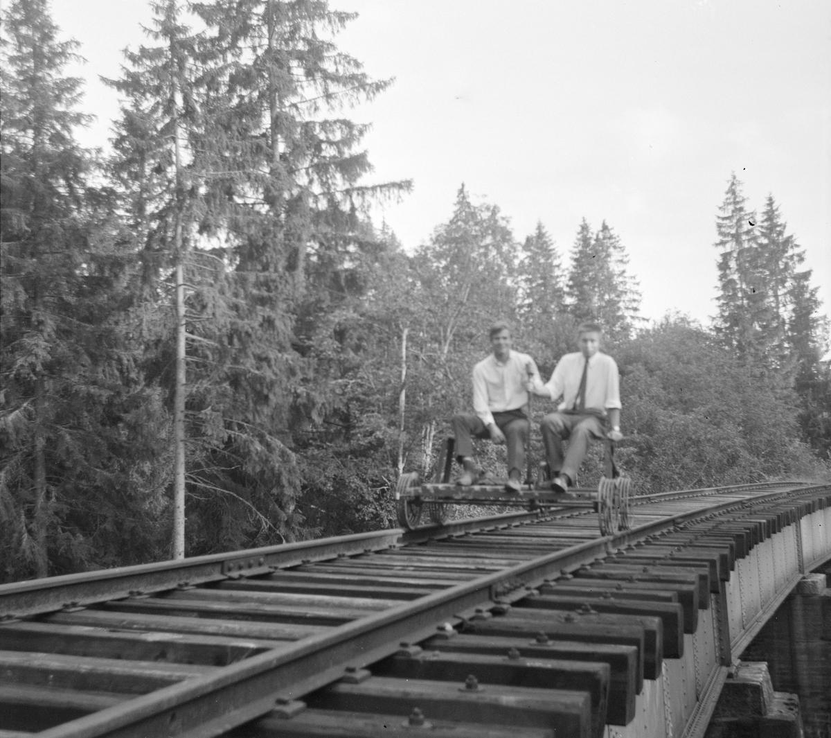 På dressin på Skårud bro på den nedlagte Solbergfossbanen