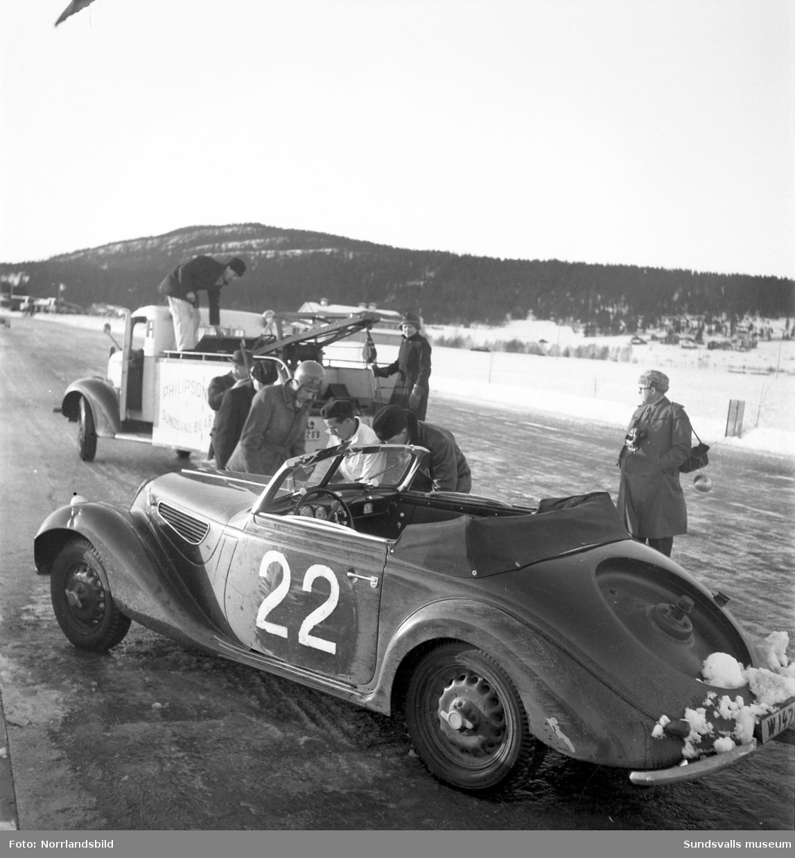 Biltävlingar på Bergsåkers travbana 1950.