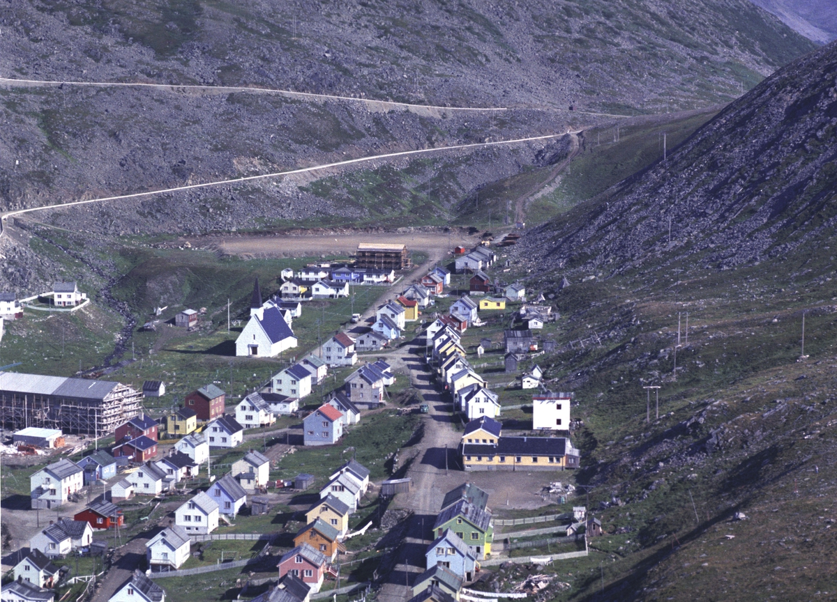 Flyfoto fra Kjøllefjord. Negativ nr. 122727.