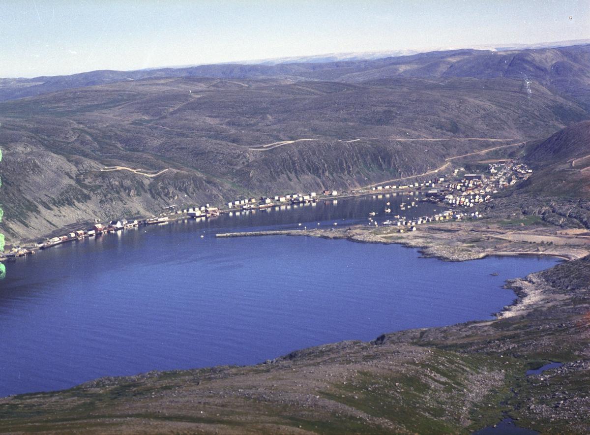 Flyfoto fra Kjøllefjord. Negativ nr. 122753.