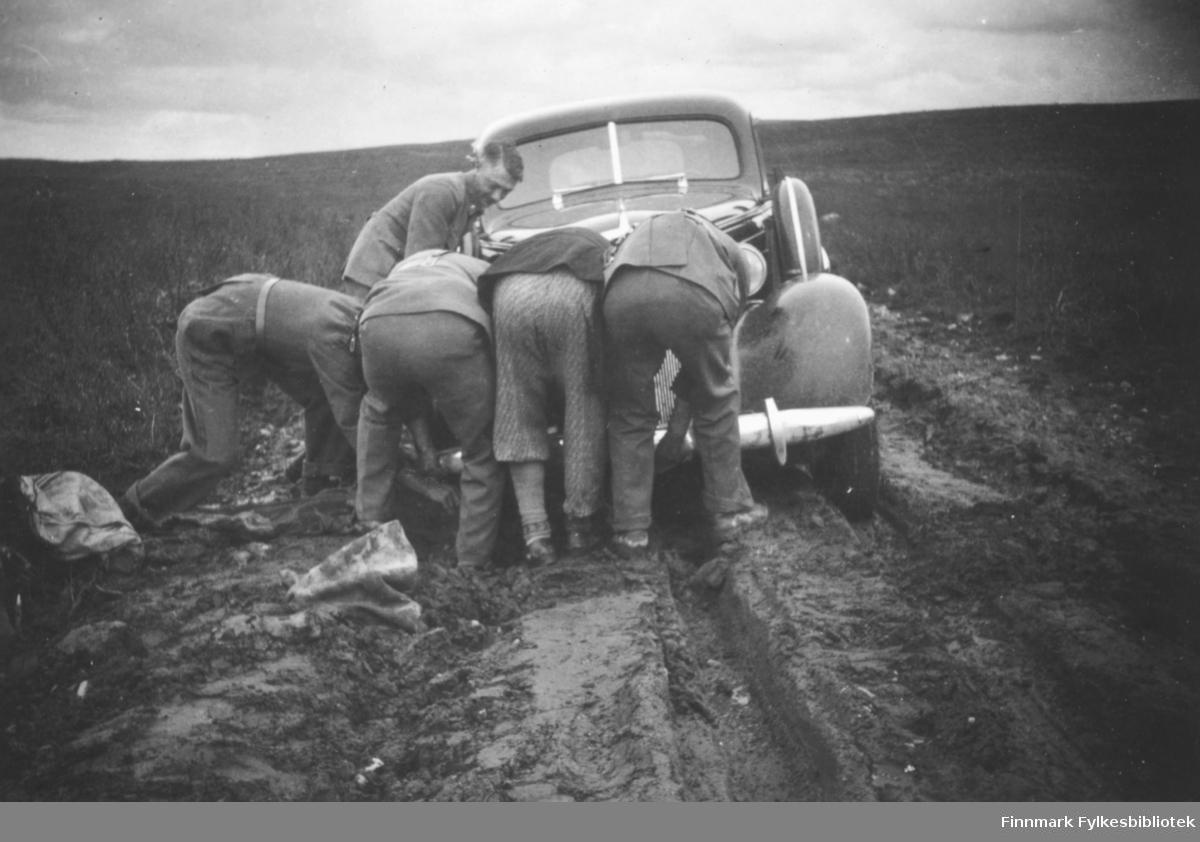 Bilen har satt seg grundig fast. Innskrift i album: Ende-lig! Chevrolet 1937 med reg.nr. Y-152 (samme bil som i bildet 06004-267).