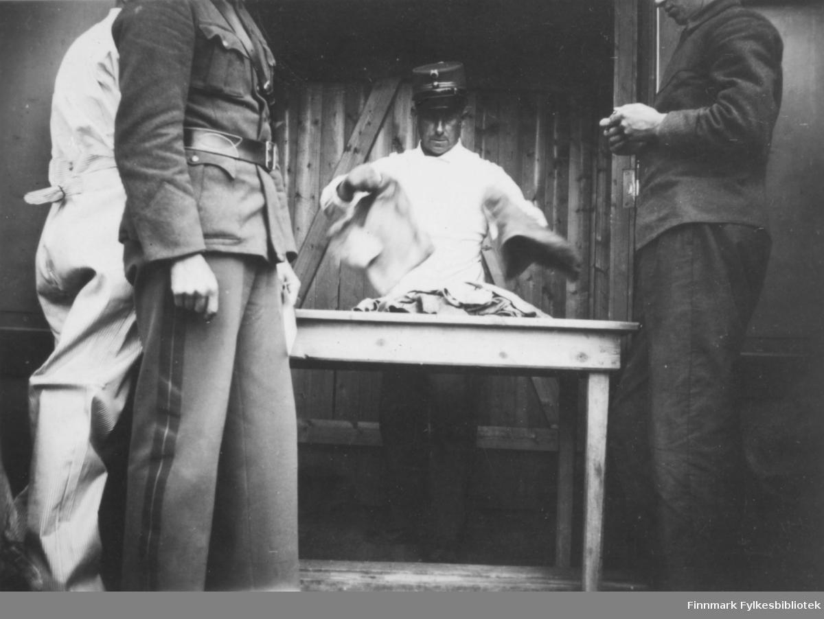 Kristiansen teller fotkluter som ble brukt inne i soldatenes marsjstøvler