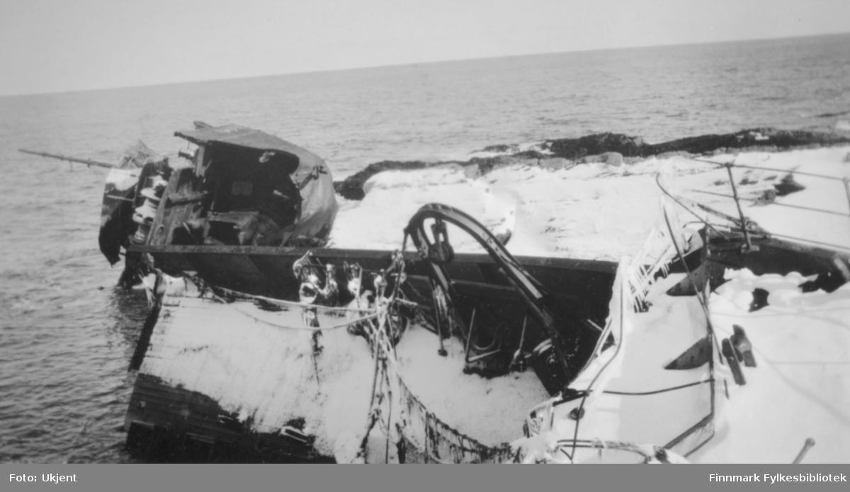 Et skipsvrak ligger delvis på land i Vardø 1922. Fotografert vinterstid. Foto: Ukjent.