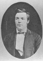 Halvkroppsportrett av en ung mann, Karl Schanche. Bildet er