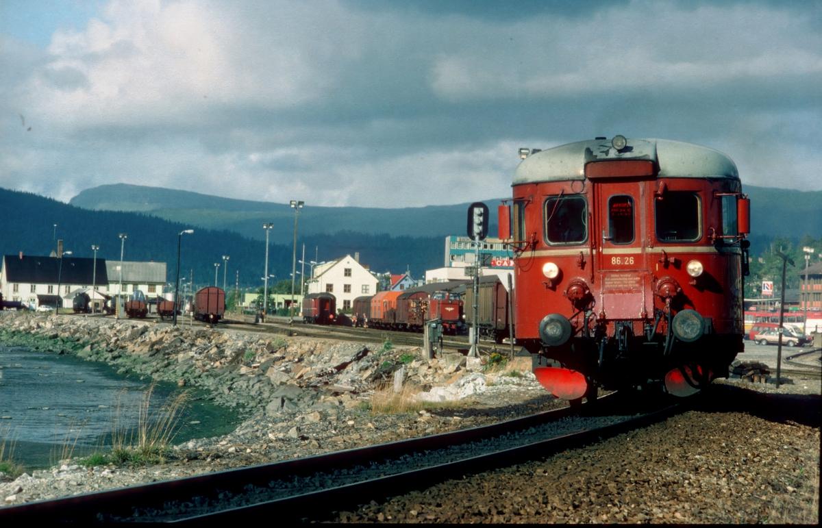 Persontog 476 til Majavatn kjører ut fra Mo i Rana. NSB dieselmotorvogn BM 86K 26