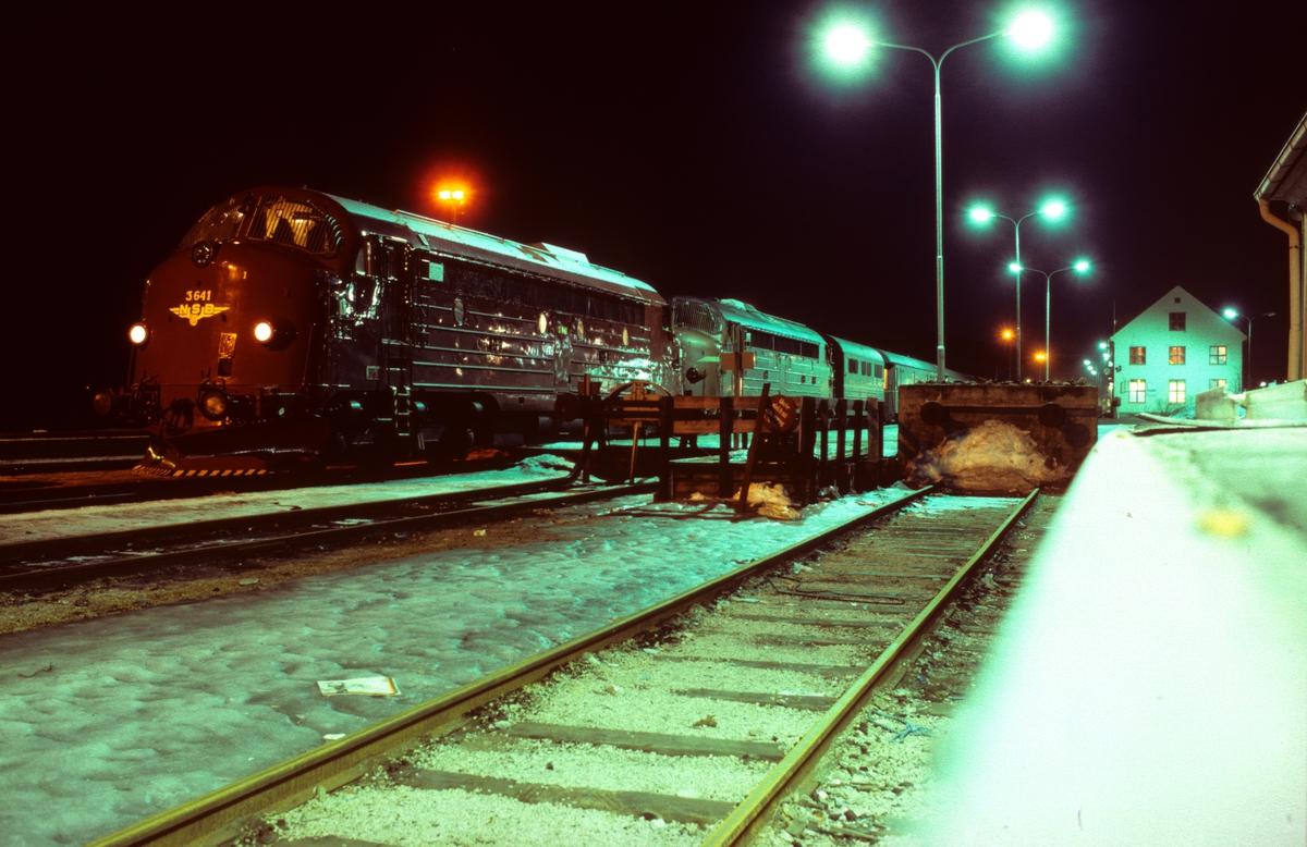 Nattbilde fra Mo i Rana stasjon. Nattoget 456 Bodø - Trondheim gjør opphold.