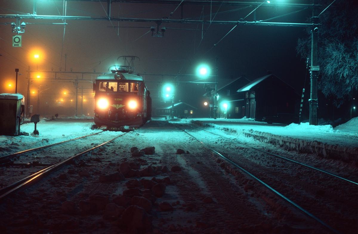 Vinterkveld på Eina stasjon. Godstog 5164 Gjøvik - Alnabru venter på avgang.