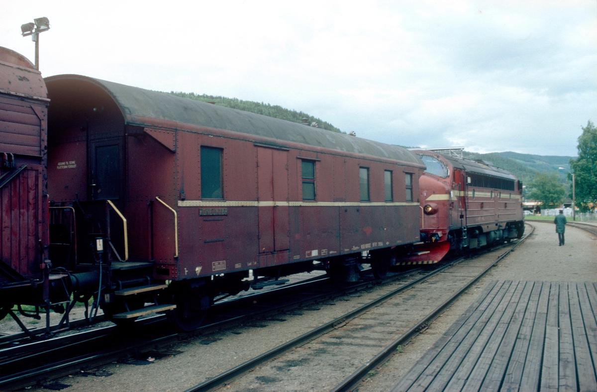Godstog 5182 står klar til avgang fra Fagernes med Di 3 631 og konduktørvogn type BFV1.